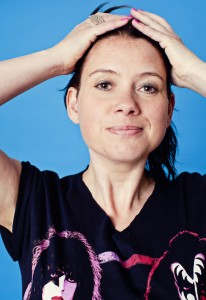 Sara Andersson, komiker. Pressbild 7. Fotograf: Anneli Nygårds.